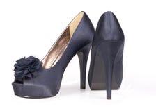 Sapatas fêmeas azuis elegantes do efeito do cetim Fotografia de Stock