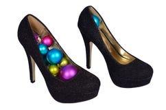 Sapatas fêmeas pretas com as bolas coloridas Natal Foto de Stock