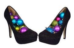 Sapatas fêmeas pretas com as bolas coloridas Natal Fotografia de Stock