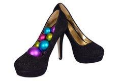 Sapatas fêmeas pretas com as bolas coloridas Natal Imagens de Stock