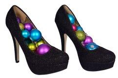 Sapatas fêmeas pretas com as bolas coloridas Natal Imagem de Stock