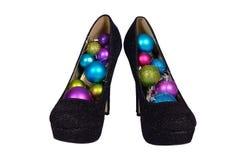 Sapatas fêmeas pretas com as bolas coloridas Natal Fotos de Stock
