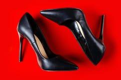 Sapatas fêmeas pretas do salto alto imagem de stock
