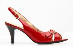 Sapatas fêmeas vermelhas com uma curvatura Imagens de Stock