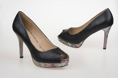 Sapatas high-heeled de mulheres pretas Fotos de Stock Royalty Free