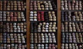 Sapatas indianas bordadas coloridas no indicador Imagem de Stock