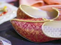 Sapatas indianas vermelhas do casamento ou sapatas étnicas conhecidas geralmente como o mojdi ou o mojri fotos de stock