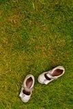 Sapatas na grama fotografia de stock