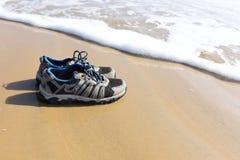 Sapatas na praia Foto de Stock Royalty Free