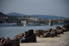 Sapatas no banco de Danúbio perto de Parlament, foto de stock