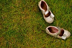 Sapatas no Grass4 foto de stock