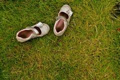 Sapatas no Grass2 imagem de stock royalty free