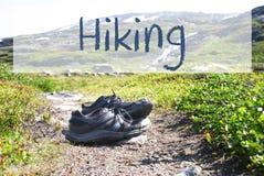 Sapatas no trajeto Trekking, caminhada inglesa do texto fotografia de stock