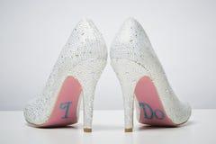 Sapatas nupciais do casamento com eu faço a mensagem na sola Imagem de Stock
