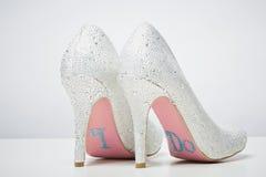 Sapatas nupciais do casamento com eu faço a mensagem na sola Fotos de Stock Royalty Free