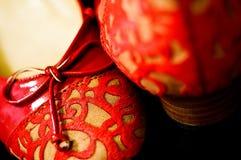 Sapatas nupciais vermelhas do chinês tradicional Fotos de Stock Royalty Free