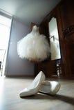Sapatas para a noiva e o vestido de casamento Imagens de Stock