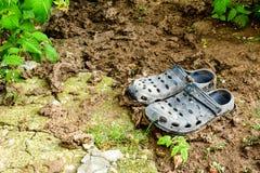 Sapatas pretas do jardim do estilo dos crocs fotos de stock