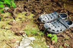 Sapatas pretas do jardim do estilo dos crocs imagem de stock royalty free
