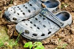 Sapatas pretas do jardim do estilo dos crocs fotografia de stock royalty free