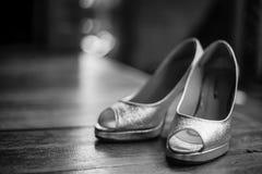 Sapatas preto e branco do casamento da noiva imagem de stock royalty free