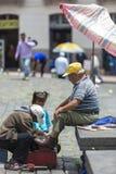 Sapatas que limpam o serviço na rua de Quito em Equador Fotografia de Stock