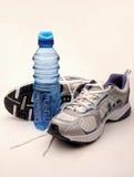 Sapatas Running e água Fotografia de Stock Royalty Free