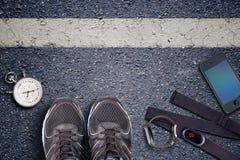 Sapatas Running e cronômetro Pulso do whit do sensor e do relógio da taxa do cervo Pronto para ser executado Corrida no asfalto fotografia de stock royalty free
