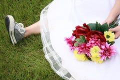 Sapatas Running e vestido de Weddingg Fotos de Stock Royalty Free