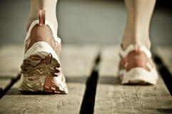 Sapatas Running na madeira Fotografia de Stock Royalty Free