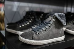Sapatas - sapatilhas cinzentas na prateleira na loja Foto de Stock Royalty Free