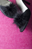 Sapatas 'sexy' pretas do deslizador da mula no rosa Fotos de Stock Royalty Free