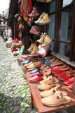 Sapatas tradicionais no indicador no mercado Imagens de Stock Royalty Free