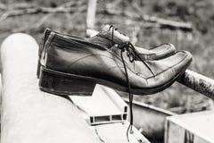 Sapatas velhas dos homens negros Fotografia de Stock Royalty Free