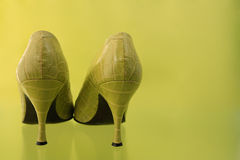 Sapatas verdes do salto elevado fotos de stock