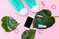 Sapatas verdes e folhas tropicais verdes Acessórios fêmeas na moda Fotografia de Stock