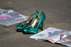 Sapatas verdes no asfalto Foto de Stock