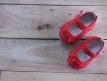 Sapatas vermelhas do miúdo Fotografia de Stock Royalty Free