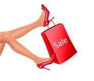Sapatas vestindo do salto alto da mulher da compra Imagens de Stock