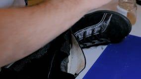 Sapateiro que repara a bota f?mea preta video estoque