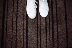 Sapatilhas brancas com espaço para o texto Imagem de Stock Royalty Free