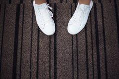 Sapatilhas brancas com espaço para o texto Imagens de Stock