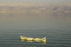 Sapatilhas da praia que navegam no Mar Morto Imagens de Stock