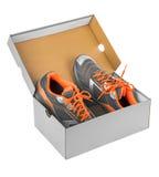 Sapatilhas do esporte na caixa fotos de stock royalty free