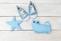 Sapatilhas do ` s das crianças e brinquedos azuis Configuração lisa Fotos de Stock Royalty Free