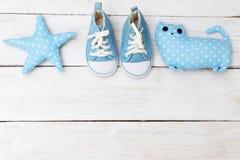 Sapatilhas e brinquedos do ` s das crianças azuis Modelo Foto de Stock Royalty Free