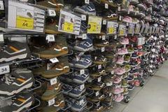 Sapatilhas e sapatas movimentando-se marcadas imagens de stock royalty free