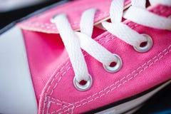 Sapatilhas elegantes cor-de-rosa do close up na prateleira da loja Imagens de Stock