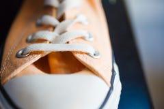 Sapatilhas elegantes do close up na prateleira da loja Fotos de Stock