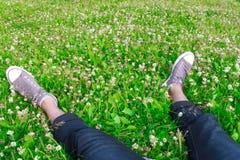 Sapatilhas em seus pés Fotos de Stock